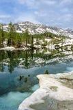 Lago del doppio di Triglav con i larici in primavera Fotografia Stock Libera da Diritti