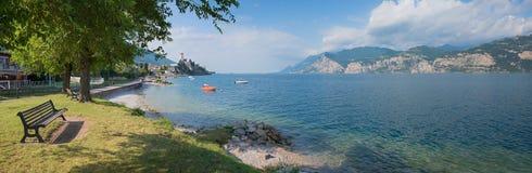 Lago del garda de la orilla del lago del paisaje del panorama, destin turístico hermoso imagenes de archivo
