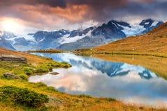 Lago del ghiacciaio alpino di Stellisee, Zermatt, Valais, Svizzera, Europa Immagini Stock Libere da Diritti