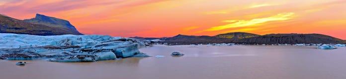 Lago del ghiaccio di Jokulsarlon in Islanda al tramonto Immagine Stock
