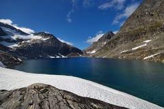 Lago del glaciar del poste imagenes de archivo