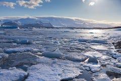 Lago del hielo del invierno con el fondo de la montaña Imagen de archivo libre de regalías