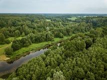 lago del paese nell'immagine aerea del fuco verde della foresta fotografia stock libera da diritti