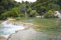 Lago del parque de Krka y pequeña cascada en Croacia Fotos de archivo