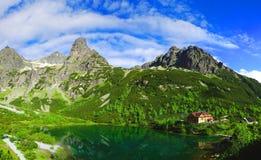 Lago del pleso de Zelene en las montañas en un día soleado, Eslovaquia de Tatra fotografía de archivo