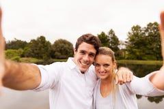 Lago del selfie delle coppie Fotografia Stock Libera da Diritti