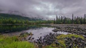 Lago Del tempo rivestimento sulla valle della lava stock footage