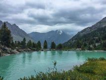 Lago del turchese di Darashkol Lago blu della montagna Montagne di Altai, Siberia, Russia immagine stock libera da diritti