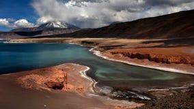 Lago del verde de Laguna cerca de Ojos del Salado Imagenes de archivo