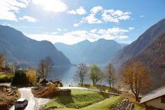 lago dell'albero della collina e le montagne fotografie stock libere da diritti