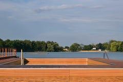 Lago dell'allume di jezero di Kamencove in città ceca di Chomutov con il nuovo molo di legno specifico per i nuotatori d'inizio e Fotografie Stock Libere da Diritti