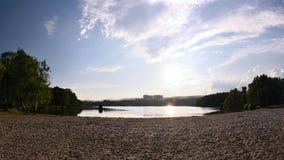 Lago dell'allume di jezero di Kamencove con la spiaggia sabbiosa in priorità alta alla sera dopo la pioggia nel giugno 2018 Immagini Stock