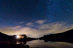 Lago dell'hotel di notte Fotografie Stock Libere da Diritti