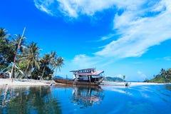 Lago dell'industria della pesca del cielo blu Immagini Stock Libere da Diritti