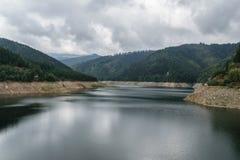 Lago della diga di Pecingeanu sul fiume di Dambovita lago di accumulazione, colline e fondo verde della foresta Fotografie Stock Libere da Diritti
