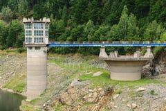 Lago della diga di Pecingeanu sul fiume di Dambovita torre dell'assunzione del lago vuoto di acumulation Fotografia Stock