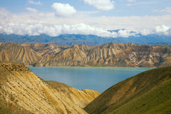 Lago della montagna dell'altopiano nel Kirghizstan Fotografie Stock Libere da Diritti