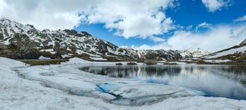 Lago della montagna delle alpi (panorama della molla). Fotografie Stock Libere da Diritti
