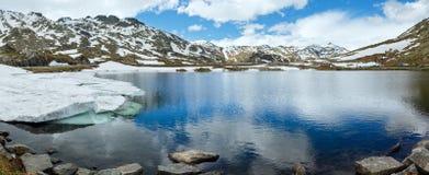 Lago della montagna delle alpi (panorama della molla). Fotografia Stock