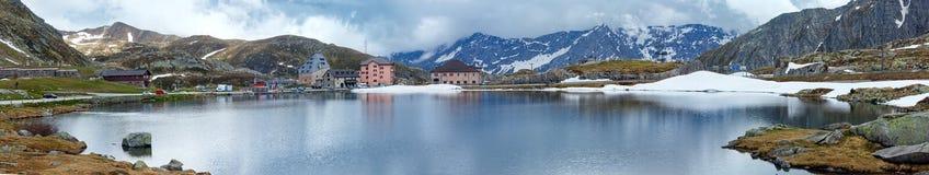 Lago della montagna delle alpi (panorama della molla). Fotografie Stock
