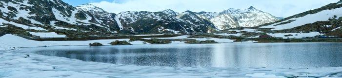 Lago della montagna delle alpi (panorama della molla). Fotografia Stock Libera da Diritti