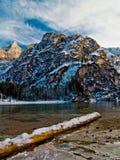Lago della montagna di connessione di Snowy con le montagne ed il cielo blu Fotografia Stock Libera da Diritti