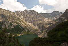 Lago della montagna di Czarny Staw Gasienicowy con i picchi intorno in alte montagne di Tatras Fotografie Stock