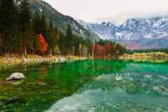 Lago della montagna di Fusine Lago di Fusine del lago in Italia del nord Immagini Stock Libere da Diritti