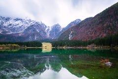 Lago della montagna di Fusine Lago di Fusine del lago in Italia del nord Fotografie Stock