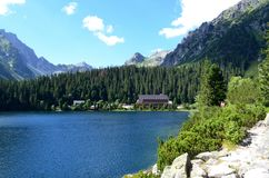 Lago della montagna di Popradske Pleso nell'alta catena montuosa in Slovacchia - un bello giorno di Tatras di estate soleggiato i Fotografie Stock Libere da Diritti