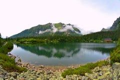 Lago della montagna di Popradske Pleso nell'alta catena montuosa di Tatras in Slovacchia Fotografie Stock Libere da Diritti