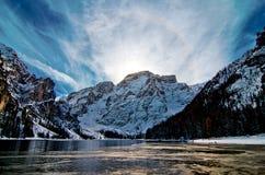 Lago della montagna di Snowy con le montagne ed il cielo blu Fotografia Stock Libera da Diritti