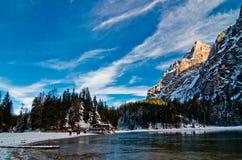 Lago della montagna di Snowy con le montagne ed il cielo blu Immagine Stock