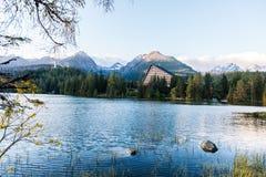 Lago della montagna di Strbske Pleso in Slovacchia Fotografia Stock