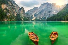 Lago della montagna e barche meravigliosi nelle dolomia, Tirolo del sud, Italia Fotografie Stock Libere da Diritti
