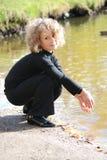 lago della ragazza piccolo seduta vicina Fotografie Stock Libere da Diritti