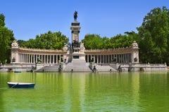 Lago della sosta di Retiro a Madrid con l'angelo caduto Fotografia Stock