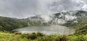 Lago dentro da cratera do vulcão de Bisoke, parque nacional do vulcão de Virunga fotos de stock royalty free