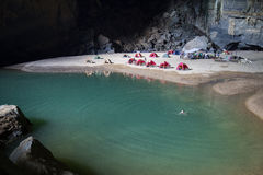 Lago dentro de la cueva de Hang En, la 3ro cueva más grande 2 de los world's Fotografía de archivo