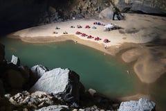 Lago dentro la caverna di Hang En, la terza più grande caverna dei world's Fotografie Stock Libere da Diritti