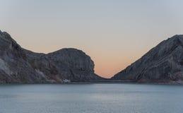 Lago dentro la montagna di Kawah Ijen Immagini Stock Libere da Diritti