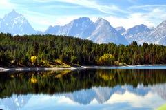 Lago desobstruído com reflexões da água Imagens de Stock Royalty Free