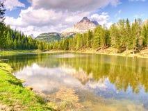 Lago Di Antorno轰鸣声Tre Cime di Lavaredo的惊人的看法, 免版税库存图片