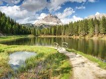 Lago Di Antorno轰鸣声Tre Cime di Lavaredo的惊人的看法, 免版税库存照片