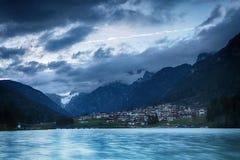 Lago di Auronzo (Di Santa Caterina de Lago) au crépuscule Photographie stock