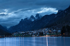Lago di Auronzo (Di Santa Caterina di Lago) al crepuscolo Fotografia Stock