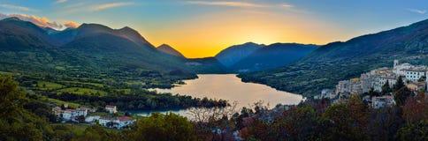 Lago di Barrea, Abruzzo, Italien Royaltyfri Bild
