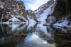 Lago di Braies del nel di Riflessi fotografia stock libera da diritti