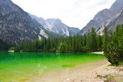Lago di Braies in den Dolomitbergen Lizenzfreies Stockfoto