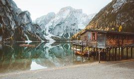 Lago di Braies en caída, dolomías, el Tyrol del sur, Italia fotografía de archivo